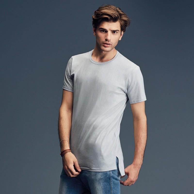 Vyriški ilgi ir tiesūs marškinėliai